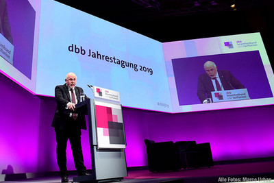 dbb Bundesvorsitzender Ulrich Silberbach eröffente die Jahrestagung in Köln. © Marco Urban